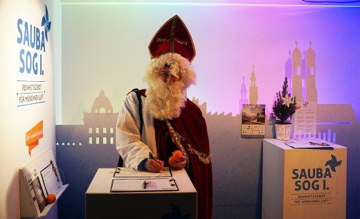 Nikolaus unterschreibt Bürgerbegehren Sauba sog i, Green City e.V., Foto: Andreas Schuster