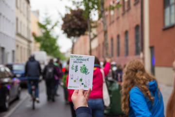 Mehr Grün für die Landsberger Straße: Saisonauftakt der Wanderbaumallee