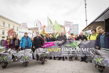 Betonflut eindämmen: Unterschriftenübergabe am Odeonsplatz